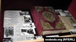 Эвангельле, аздобленае рукамі Ларысы Геніюш, у царкоўным музэі