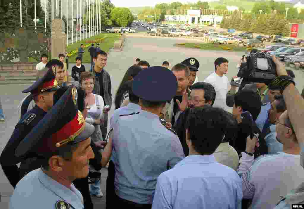 Kazakhstan -- Journalist Sergey Duvanov and other protersters detained in Almaty on 24may2007 - Kazakhstan, Almaty -- Journalist Sergey Duvanov and others are detained as they protest in Almaty on 24may2007 against the passage of constitutional amendments that include a clause allowing President Nursultan Nazarbaev an unlimited number of terms in office. (RFE/RL Kazakh Service)