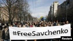 """""""Севченкого эркиндик"""" деген ураан менен уюштурулган митингге алгач 500дөй адам чогулуп, түштөн кийин дагы жүздөгөн кишилер кошулганы кабарланууда."""