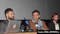 """Danis Tanović (u sredini) sa ekipom filma """"Smrt u Sarajevu"""""""