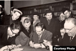 Авяр'ян Дзеружынскі, Іван Мележ, Алесь Пальчэўскі сярод чытачоў. 1961 г.