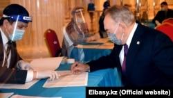 Қазақстанның бұрынғы президенті Нұрсұлтан Назарбаев парламент және мәслихаттар сайлауына дауыс беруге сайлау учаскесіне келді. Нұр-Сұлтан, 10 қаңтар 2020 жыл.
