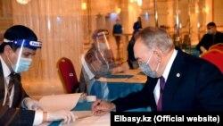 Бывший президент Казахстана Нурсултан Назарбаев на избирательном участке в день выборов в парламент и маслихаты. Нур-Султан, 10 января 2021 года.