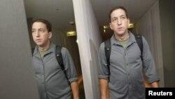 Журналист Гленн Гринуолд ЦРУнун мурдагы кызматкери Эдвард Сноуден турган Гонконгдогу мейманканадан чыгып баратат, 10-июнь, 2013