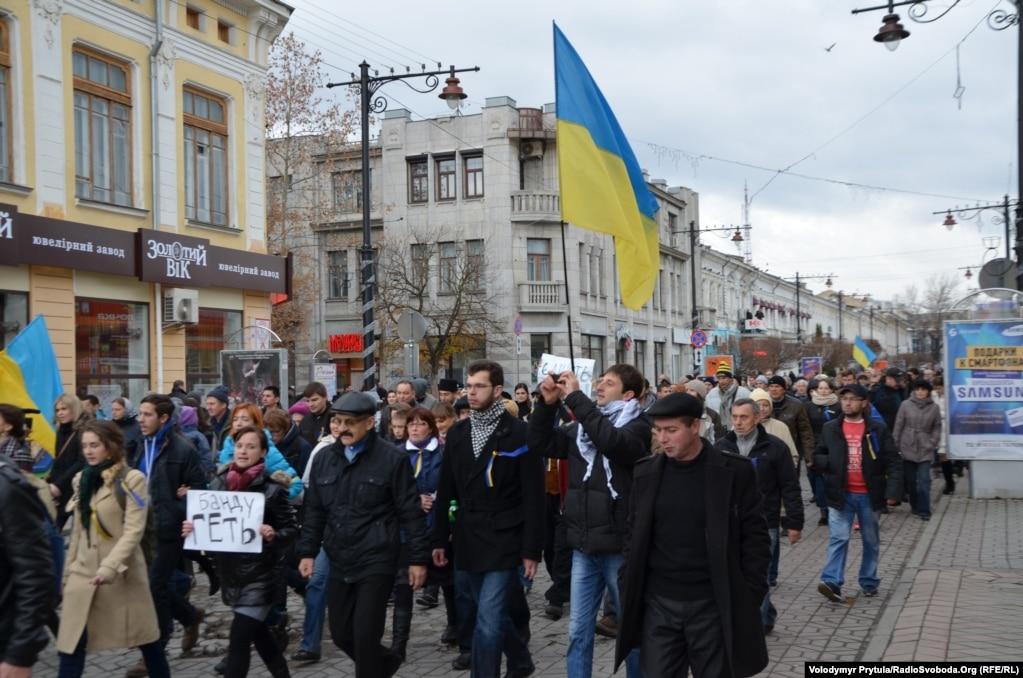 Активисты шагают в сторону Верховного Совета Крыма по улице Карла Маркса