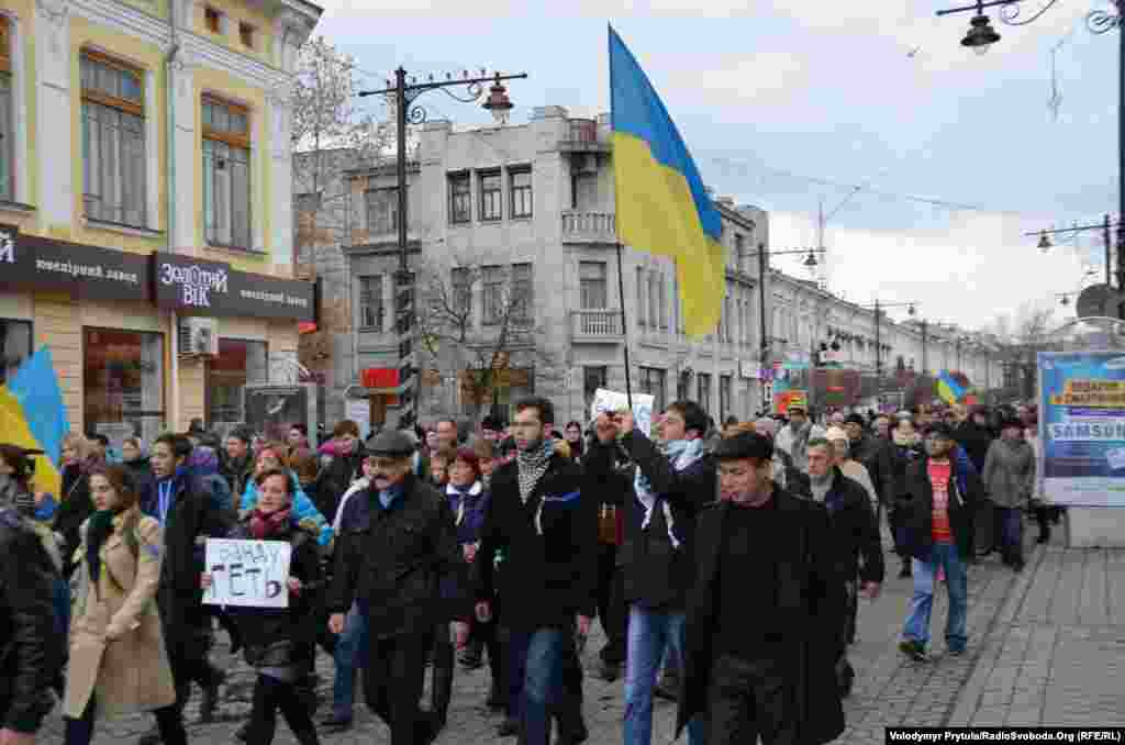 Активісти крокують у бік Верховної Ради Криму вулицею Карла Маркса
