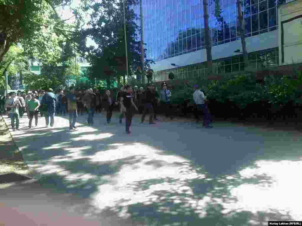 Полиция алаңға өтуге тырысқандарды ол жерден қуалап, шетінен ұстай бастады.