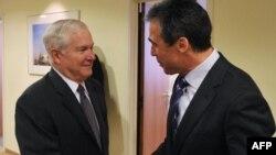 Министр обороны США (слева) приветствует генерального секретаря НАТО Андерса Фога Расмуссена