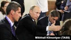 Президент России Владимир Путин и Зиявудин Магомедов (архивное фото)