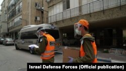 Израилдик жоокерлер 5-апрелден тартып карантинге алынган Бней Брак шаарындагы тургундарга азык-түлүк жеткирүүдө. 05.4.2020.