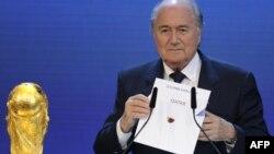 Presidenti i FIFA-s, Sepp Blatter, e mban në dorë letrën ku tregohet se Katari fiton të drejtën e organizimit të Kupës Botërore në futboll, për vitin 2022, 02 dhjetor 2010