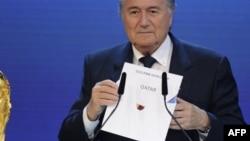 İsveçrə, FİFA-nın prezidenti Sepp Blatter səsvermədə Qatarın qalib olduğunu elan edir. 2 dekabr 2010-cu il.