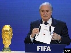 Президент ФИФА Йозеф Блаттер объявляет о победе Катара при выборе страны-хозяина Чемпионата мира по футболу-2022