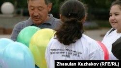 Үкіметтік емес ұйымдардың өкілдері акция кезінде. Астана. 23 тамыз 2010 жыл. (Көрнекі сурет).