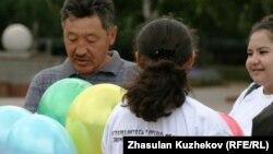 Активисты неправительственных организаций выпустили в небо шары в память жертв работорговли. Астана, 23 августа 2010 года.