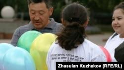 Активисты неправительственных организаций выпускают шары в небо в память жертв работорговли. Астана, 23 августа 2010 года. Иллюстративное фото.