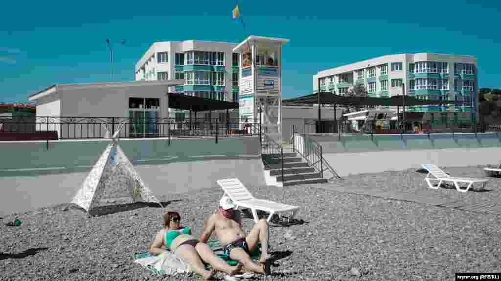 Здания апартаментов «Адмиральская лагуна» построены прямо рядом с пляжем