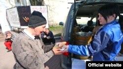 Співробітники українського благодійного фонду «Соціальне партнерство» роздають обіди безхатченкам у Києві