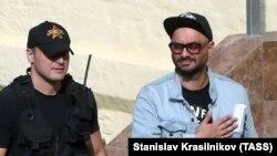 Кирилл Серебренников (справа) у здания Басманного суда Москвы после решения о домашнем аресте, 23 августа 2017 г.