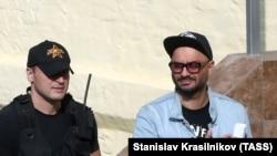 Ruski redatelj Kiril Serebrenikov (D), u pratnji policajca pred sudom u Moskvi