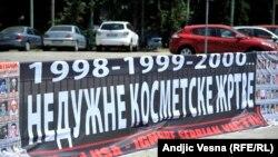 Panoi ispred zgrade Skupštine Srbije koje su postavila udruženja stradalih na Kosovu, 10.juli2015