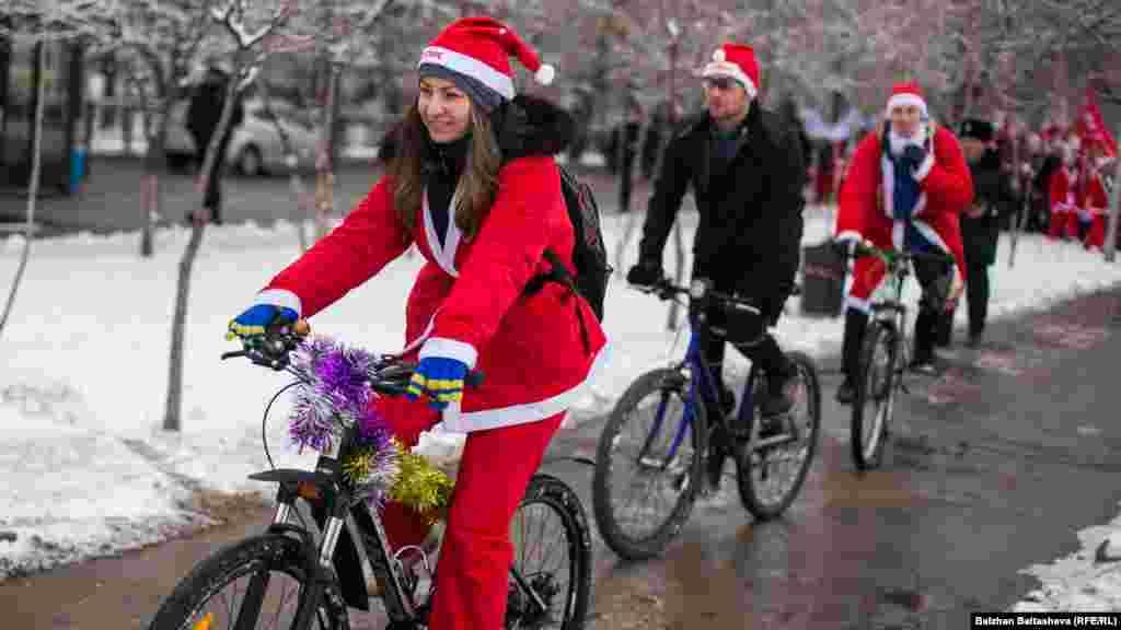 Аяз Аталар шеруіне қатысушылардың кейбірі велосипед мініп шықты.