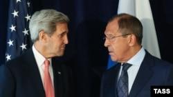 کری میگوید میان واشینگتن و مسکو، بر سر اینکه سوریه باید کشوری «یکپارچه»، «سکولار» و «از داعش تهی» باشد، توافق وجود دارد. (لاوروف در سمت راست و کری)