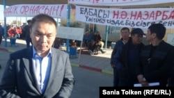 Рахмет Хайруллаев, президент компании KazPetroDrilling, прибывший на встречу с бастующими. Жанаозен, 2 октября 2016 года.