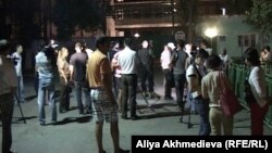 Пресс-конференция у ворот пограничной части № 2484 в Ушарале в ночь на 26 июля 2012 года.