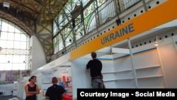 Встановлення українського стенду на книжковому ярмарку в Празі (фото зі сторінки заходу у Facebook)