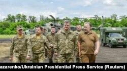 Петр Порошенко и Павел Жебривский на встрече с военными в Донецкой области