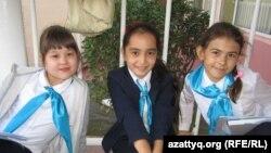 125-гимназияның бесінші сынып оқушысы Арнелла (сол жақта) құрбыларымен бірге. Алматы, 22 қырүйек 2013 жыл.