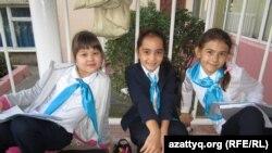 Ученицы 4-го класса школы-гимназии № 125 (крайняя слева - Арнелла). Алматы, сентябрь 2013 года.