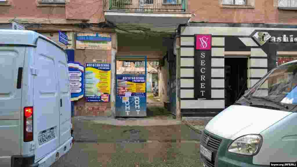 Старий фасад прихований за рекламними вивісками магазину