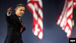 Барак Обама 4 ноябр кечқурун Чикаго марказига тўпланган ўн минглаб тарафдорларига миннатдорлик изҳор қилмоқда.