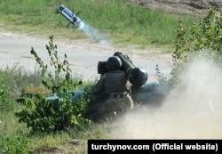 Український солдат стріляє із ПТРК на навчаннях. Травень 2018 року