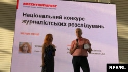 Schemes journalist Valeriya Yegoshyna receives the National Investigative Journalism Award at the Mezhyhirya Festival, on June 10, 2018.