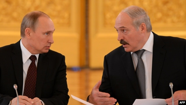 It seems Belarusian President Alyaksandr Lukashenka (right) is not too happy with the policies of his Russian counterpart Vladimir Putin (right) vis-a-vis Ukraine. (file photo)