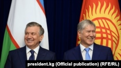 Президент Узбекистана Шавкат Мирзияев (слева) и президент Кыргызстана Алмазбек Атамбаев. Бишкек, 6 сентября 2017 года.