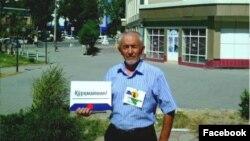 Онлайн флешмоб өткізіп тұрған өзбек белсендісі.