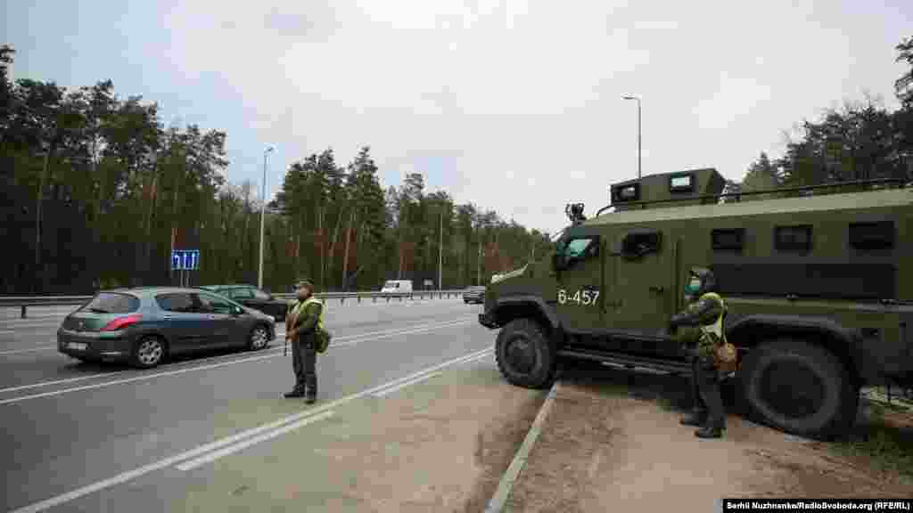На КПП по Житомирській трасі. Разом із поліцією несуть службу нацгвардійці