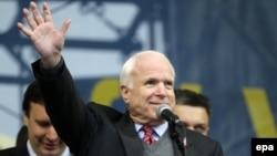 Сенатор Джон Маккейн на сцені Євромайдану, Київ, 15 грудня 2013 року