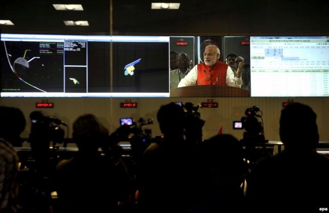 Премьер-министр Индии Нарендра Моди поздравляет коллектив Индийской организации по исследованию космоса с успешной доставкой летательного аппарата на Марс. 24 сентября 2014 года.