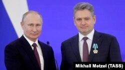 Николай Малинов по време на награждаването си от руския президент Владимир Путин миналата година в Москва, след което САЩ наложиха санкция на пусналия го зад граница съдия Андон Миталов