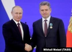 Владимир Путин вручает Николаю Малинову орден Дружбы. Москва, 4 ноября 2019 года