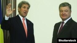 Джон Керрі (л) і Петро Порошенко (п) в Києві, 7 липня 2016 року