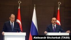 Министры иностранных дел России и Турции - Сергей Лавров (слева) и Мевлют Чавушоглу