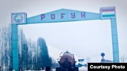Грузовик с цементом въезжает на территорию Рогунской области. Таджикистан, 2009 год.