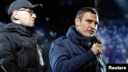 Украинские оппозиционеры Арсений Яценюк (слева) и Виталий Кличко на Майдане Незалежности. Киев, 16 января 2014 года.