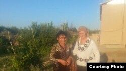 Узбекские правозащитницы Малохат Эшонкулова (слева) и Елена Урлаева в Хорезмской области.